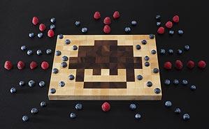 Foto eines Bitboard-Schneidebrettes mit psychodelischem Beeren-Muster
