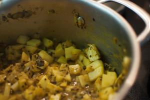 Kartoffeln und Zwiebeln im Topf