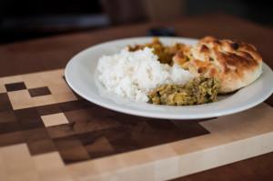 Teller mit indischem Essen