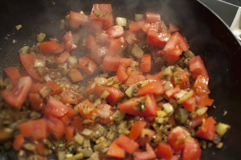 Zwiebeln mit Tomaten